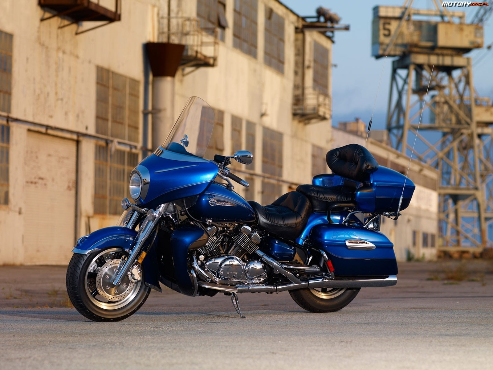 Motor chromy niebieska yamaha royal star venture for Victory motors rome ny